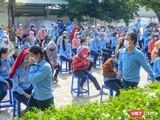 Công nhân làm việc tại Công ty TNHH Điện tử Việt Hoa tập trung lấy mẫu xét nghiệm COVID-19 trong sáng ngày 15/7