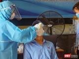 Nhân viên y tế lấy mẫu xét nghiệm SAR-CoV-2.