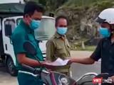 Tổ công tác của UBND phường Vĩnh Hoà kiểm tra và thu giữ giấy tờ, phương tiện của công dân Trần Văn Em (ảnh chụp lại từ clip)