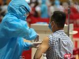 Lực lượng y tế tiêm vaccine phòng COVID-19 cho người dân trên địa bàn TP Đà Nẵng