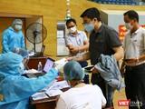 Lực lượng y tế Đà Nẵng kiểm tra dịch tễ người dân trước khi tiêm vaccine phòng COVID-19