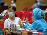 Lực lượng y tế tiêm vaccine phòng COVID-19 cho người dân Đà Nẵng