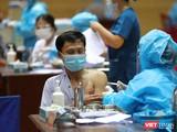 Lực lượng CDC Đà Nẵng tiêm vaccine phòng COVID-19 cho người dân tại cung thể thao Tiên Sơn
