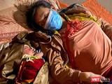 Mẹ con bé trai 10 ngày tuổi nằm nghỉ bên hiên nhà trong chuyền hành trình hơn 1.400km từ TP HCM về quê đi ngang qua Đà Nẵng (ảnh Minh Việt)