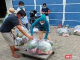 """Người dân vùng phong toả cách ly y tế trên địa bàn phường Nại Hiên Đông (quận Sơn Trà, Đà Nẵng) được """"đi chợ giúp""""và giao thực phẩm tận tay"""