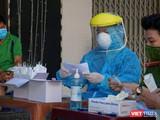 Lực lượng y tế lấy mẫu xét nghiệm SARS-CoV-2 đối với người dân