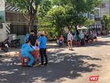Lực lượng y tế lẫy mẫu xét nghiệm SARS-CoV-2 trong cộng đồng cho người dân Đà Nẵng