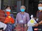 Lực lượng Tổ COVID-19 cộng đồng ở Đà Nẵng trao quà hỗ trợ cho người dân TP