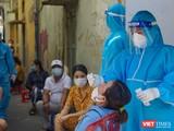 Lực lượng y tế lấy mẫu xét nghiệm SARS-CoV-2 trong cộng đồng tại Đà Nẵng