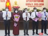 Bí thư Thành uỷ, Chủ tịch HĐND TP và Chủ tịch UBND TP Đà Nẵng tặng hoa cho 2 tân Phó Chủ tịch UBND TP Đà Nẵng nhiệm kỳ 2021-2026