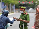 Lực lượng công an Đà Nẵng kiểm soát người dân ra đường theo quy định của UBND TP