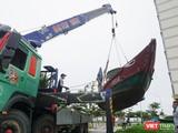 Ngư dân Đà Nẵng cẩu tàu thuyền lên bờ tránh trú bão số 5