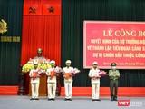 Thiếu tướng Nguyễn Đức Dũng - Giám đốc Công an tỉnh Quảng Nam trao quyết định thành lập Tiểu đoàn Cảnh sát cơ động dự bị chiến đấu cho các Chỉ huy Tiểu đoàn