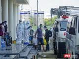 Xe chuyên dụng vận chuyển bệnh nhân COVID-19 đang điều trị tại Bệnh viện dã chiến ký túc xá phía Tây về Bệnh viện Phổi
