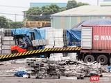 Kho nhôm trong cảng cảng PTSC Phú Mỹ đang được dịch chuyển đi địa điểm khác. Đích đến là trụ sở công ty Nhôm Toàn cầu ở Khu công nghiệp Mỹ Xuân B1 – Conac.