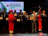 Bộ trưởng Bộ TT&TT Nguyễn Mạnh Hùng và GS.TSKH Đỗ Trung Tá trao giải cho đơn vị tiêu biểu
