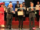 Đại diện VAIS, ông Nguyễn Quốc Trường, nhận giải thưởng Chuyển đổi Số 2019 cho ứng dụng chuyển đổi âm thanh thành văn bản