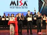 Ông Lê Hồng Quang nhận cúp và bằng khen Giải thưởng Chuyển đổi số Việt Nam 2020