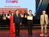 Các đơn vị nhận cúp và bằng chứng nhận từ đại diện Ban Tổ chức giải thưởng Chuyển đổi số Việt Nam 2020