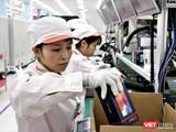 Các công nhân tại nhà máy sản xuất điện thoại thông minh VinSmart