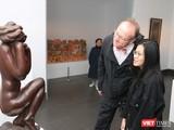 Khách tham quan chăm chú xem một tác phẩm điêu khắc