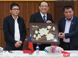 Ông Trần Duy Tùng (trái) và ông Trần Bắc Hà (phải) trong một sự kiện chung giữa AVIL và Souk Houng Heang. (Ảnh chụp lại)