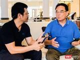 PGS.TS Vương Hữu Tấn, Chủ tịch Hội năng lượng nguyên tử Việt Nam (bìa phải) trả lời phỏng vấn VietTimes
