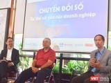 Từ trái qua: Ông Phan Thanh Sơn, Giám đốc Phát triển Kinh doanh Công ty Cổ phần Hệ thống Thông tin FPT; ông Phí Anh Tuấn - giám đốc công ty CNTT PAT và ông Vũ Anh Tuấn - Tổng Thư Ký Hội Tin Học TP.HCM (HCA)