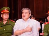 Bị cáo Nguyễn Văn Thông được đưa đi cấp cứu giữa phiên xử sáng 25/9 vì biểu hiện sức khỏe không tốt