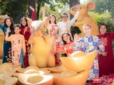 Khung cảnh mùa xuân và bức tranh Tết Canh Tý 2020 càng thêm lộng lẫy với tà áo dài xuân của NTK Việt Hùng.