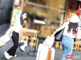 Du khách đến phố Tây Bùi Viện chiều 12/2 hờ hững lướt qua các nhà hàng vắng tanh (Ảnh: Hòa Bình)