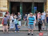 Khách du lịch đến thăm Bưu điện trung tâm TP.HCM hiện rất ít người đeo khẩu trang (Ảnh: Hòa Bình)