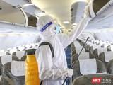 Khử trùng máy bay phòng chống nguy cơ lây nhiễm dịch bệnh COVID-19 tại Tân Sơn Nhất (Ảnh Hoàng Triều)