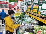 Người dân lo sợ giá cả tăng cao khi phải đối phó với tình huống khẩn cấp vì dịch bệnh COVID-19 (Ảnh: Hòa Bình)