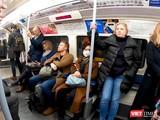 Dịch bệnh hoành hành dữ dội nhưng đeo khẩu trang trên tàu điện ngầm và nơi công cộng ở Anh vẫn bị kỳ thị. Nhân vật được phỏng vấn là người duy nhất đeo khẩu trang (Ảnh: NVCC)
