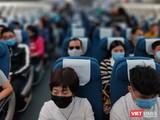 Hành khách phải tuân thủ quy định đeo khẩu trang nơi công cộng và trên máy bay (Ảnh: Hòa Bình)