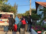 Đưa người nhập cảnh đi cách ly tại resort Phương Nam (Ảnh: Phạm Nguyễn)