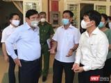 Chủ tịch UBND TPHCM Nguyễn Thành Phong chỉ đạo các quận trong công tác phòng, chống dịch COVID-19 (Ảnh: Đình Dân)