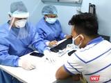 Bác sĩ làm việc tại phòng khám dã chiến tại BV Đại học Y Dược TP.HCM mặc đồ bảo hộ để chống lây nhiễm virus Corona (Ảnh: HB)