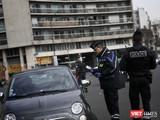 Chỉ còn cảnh sát Pháp trên đường phố, toàn bộ người dân được yêu cầu ở trong nhà (Ảnh: TV5 Monde)