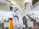 Khử trùng máy bay phòng chống nguy cơ lây nhiễm dịch bệnh do virus Corona gây ra tại Tân Sơn Nhất (Ảnh: Hoàng Triều)