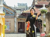 NSƯT Vân Khánh duyên dáng áo dài bên ngôi đền cổ xưa nhất Sài Gòn (Ảnh: Hứa Quý Long)