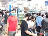 Chiều 31/3, rất đông khách đã phải xếp hàng dài chờ rất lâu trong siêu thị chờ thanh toán (Ảnh: Hòa Bình)