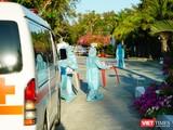 Cơ quan chức năng đón người đi cách ly ở Cần Giờ (Ảnh: Phạm Nguyễn)