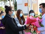 Bệnh nhân được ra viện ở BV Dã chiến Củ Chi tặng hoa cảm ơn bác sĩ (Ảnh: Đình Nguyên)