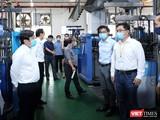 Chủ tịch UBND TP HCM Nguyễn Thành Phong đi kiểm tra công tác phòng dịch tại Khu chế xuất có 56.000 công nhân (Ảnh: Đình Nguyên)