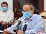 Bí thư Thành ủy Nguyễn Thiện Nhân nhấn mạnh yêu cầu các doanh nghiệp có nguy cơ rủi ro với COVID-19 buộc phải tạm dừng hoạt động (Ảnh: TTBC)