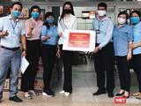 Hoa hậu Khánh Vân đội mưa tận tay gửi tặng 2 tấn gạo và 200 thùng mì cho người dân khó khăn (Ảnh: NVCC)