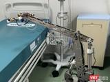 Robot đang khử trùng giường bệnh trong phòng cách ly áp lực âm tại BV Dã chiến Củ Chi (Ảnh chụp ngày 16/4/2020)