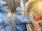 Bệnh nhân 91 phi công người Anh được xét nghiệm COVID-19 hàng ngày để xác định virus SARS-CoV-2 (Ảnh: BYT)